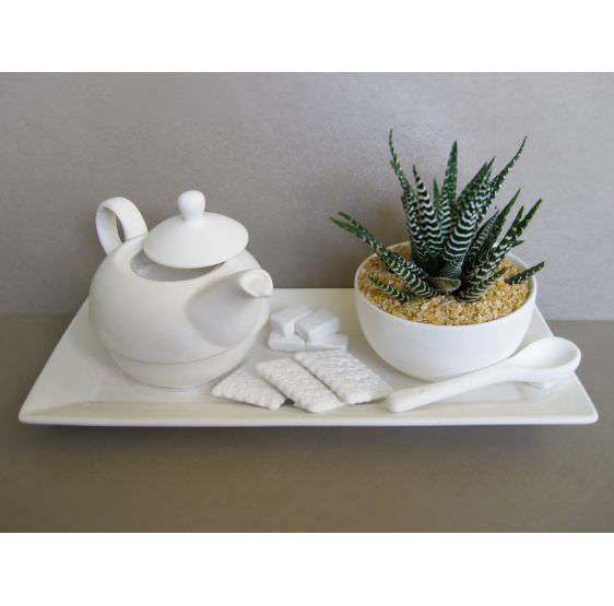 vassoio con teiera e tazza